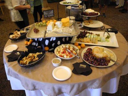 チーズ、クラッカー、フルーツ、オリーブが食べ放題。もちろんワインは一杯まで。