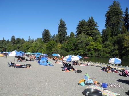 避暑地なのか観光客でにぎやか。ウェットスーツで試泳する選手はちょっと浮いている。