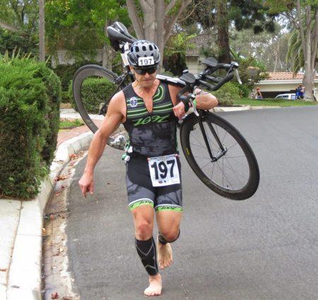 まさかのリアディレーラーが外れて裸足でバイクコースを走る。ちなみにこのおっさんは完走していた!すげー!!!