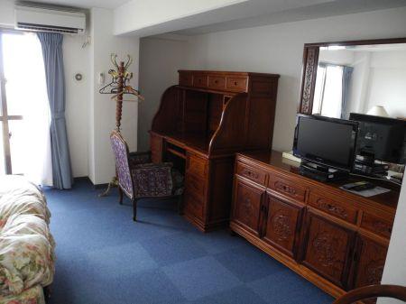 ペンション華 ホテル内の家具は中華風。オーナーの話し年配の人は中国から家具を買い入れるのが習慣とのこと。台湾が見える宮古島らしい。