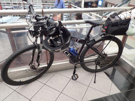 デンバー空港は広いので空港内ポリスは専用バイクでパトロール。