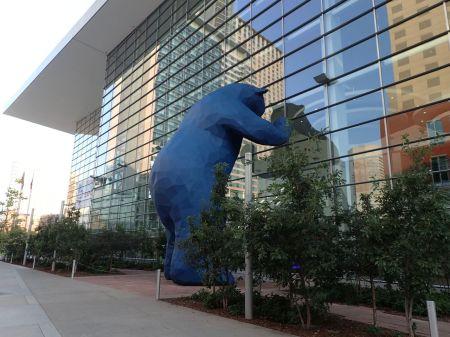 コロラドコンベンションセンターの青いクマのアート。