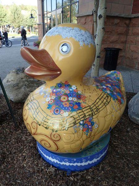 町のキャラクター。ダックにペイントしたアートが町のそこかしこに展示してある。
