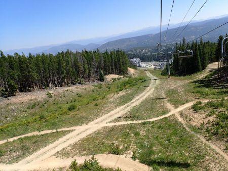 山頂へ向かうロープウェイから町を見る。