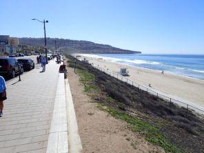 まだ2月だというのに陽気につられて結構な人が海岸線で散歩を楽しんでいた。