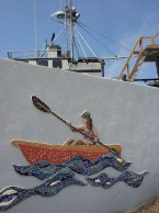 ビーチ沿いの壁にはこんなモザイク画があった